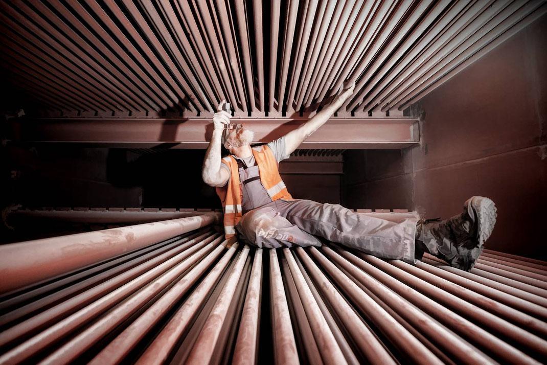 Markus Benz, Leiter mechanische Instandhaltung, kontolliert in luftiger Höhe die Wärmetauschrohre unmittelbar hinter dem Brennofen.