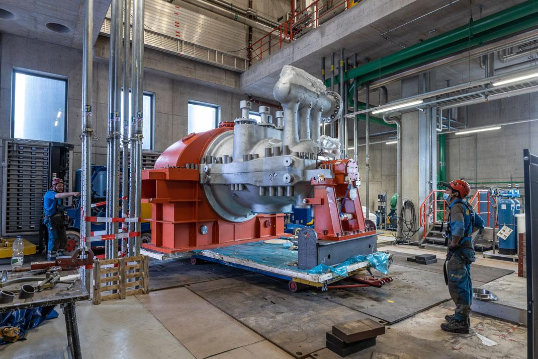Einbau eines neuen Dampfgenerators zur Stromerzeugung