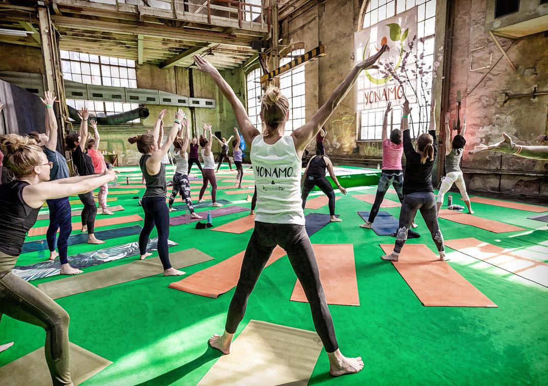 Einst Sulzer-Industriehallen, heute Parkplatz und nun für ein Wochenende Yoga-Halle mit Industriechic.