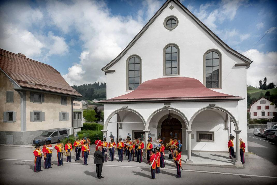 Die Stadtmusik spielt sich vor der Heilig-Blut-Kapelle ein, während der Festgottesdienst in der Stadtkirche noch andauert.