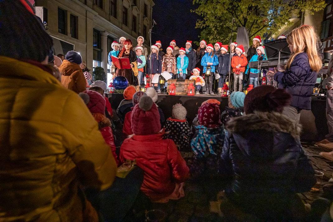 Ab dem 23. November 2019 leuchtet der grösste Weihnachtsbaum Luzerns auf der Verkehrsinsel vor der Hofkirche in Luzern. Zur Erstbeleuchtung der Tanne waren alle Kinder mit ihrer Familie herzlich eingeladen.