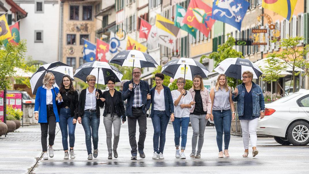 Das Team von cb coiffure birrer und cb HAARSCHNEIDEREI strahlt auch im Regen