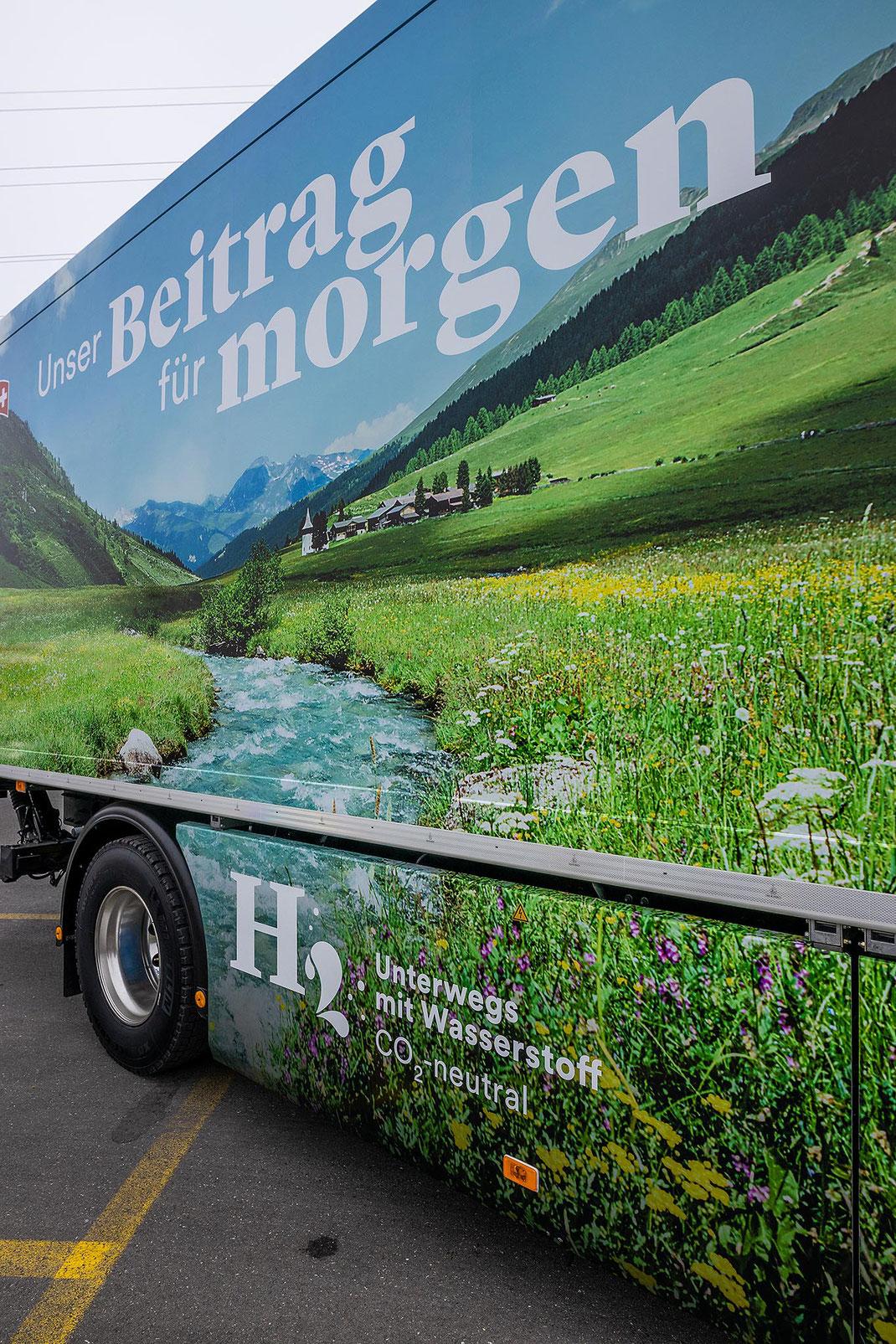 Der Luzerner Milchverarbeiter Emmi testet neu zwei mit Wasserstoff betriebene Lastwagen im Güterverkehr. Die Fahrzeuge werden am Tankstellen-Netz von Hydrospider mit erneuerbarem Wasserstoff betankt. Ein Lastwagen soll bis zu 80 t CO2 pro Jahr einsparen.