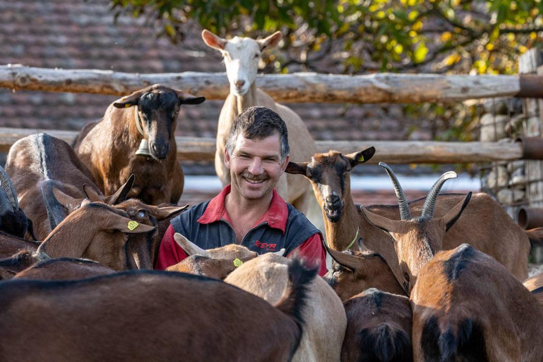 Tierfreund und Landwirt Benedikt Schmid, Hof Gubel in Menzingen/ZG produziert Ziegenmilch für Emmi. Die Milch wird zu Ziegenkäse Le Petit Chevrier verarbeitet.
