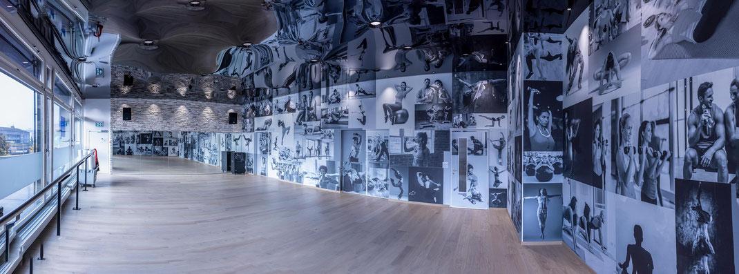Klubschule Migros Sursee: Das neue Gymnastik-Zimmer mit Spiegeldecke, riesigen Fotowänden und grosser Fensterfront.