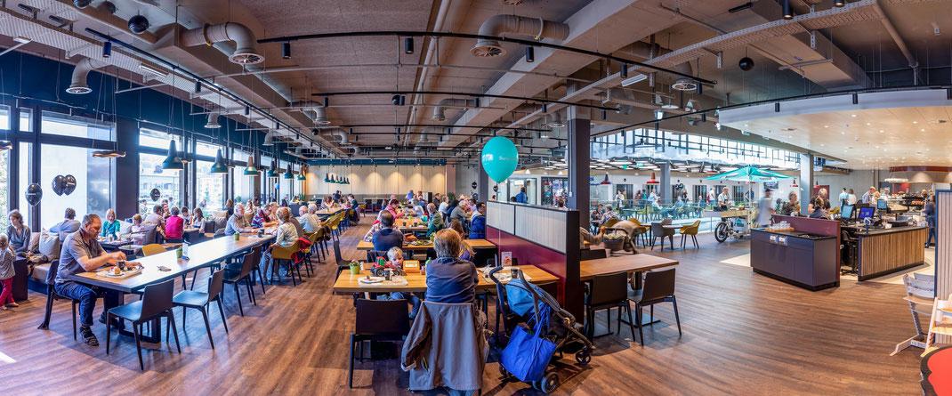 Das vollständig modernisierte Restaurant mit einem erweiterten Platzangebot, neuer Terrasse links und dem Lichthof rechts hinten.