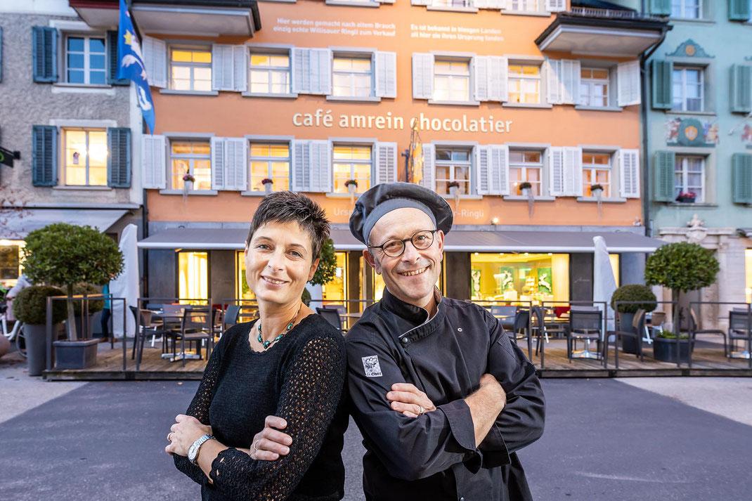 Gastgeber und Kreativköpfe bei café amrein chocolatier: Ursula und Michael Renggli vor ihrem Traditionshaus