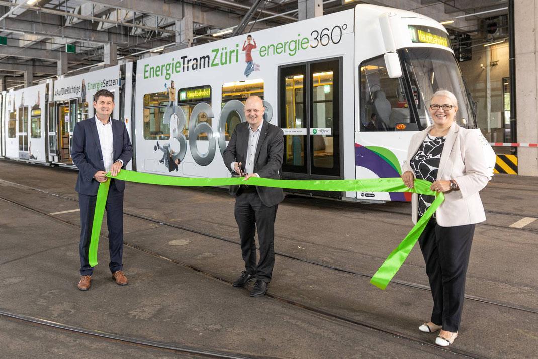 Einweihung EnergieTramZüri mit (v.l.n.r) Jörg Wild CEO Energie 360°, Michael Baumer Stadtrat Zürich und Daniela Mininni Leiterin Kommunikation Energie 360°.
