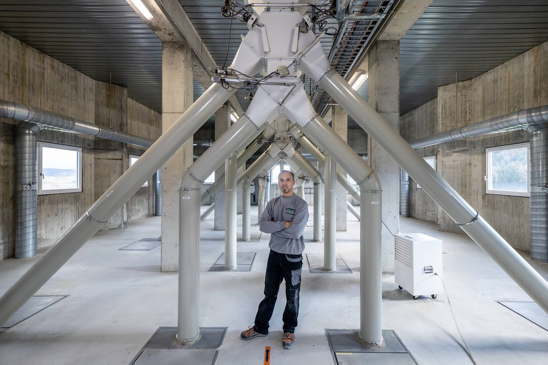 Im Attikageschoss des Siloturms wird das Getreide in endlosen Leitungen auf die diversen Silos verteilt.