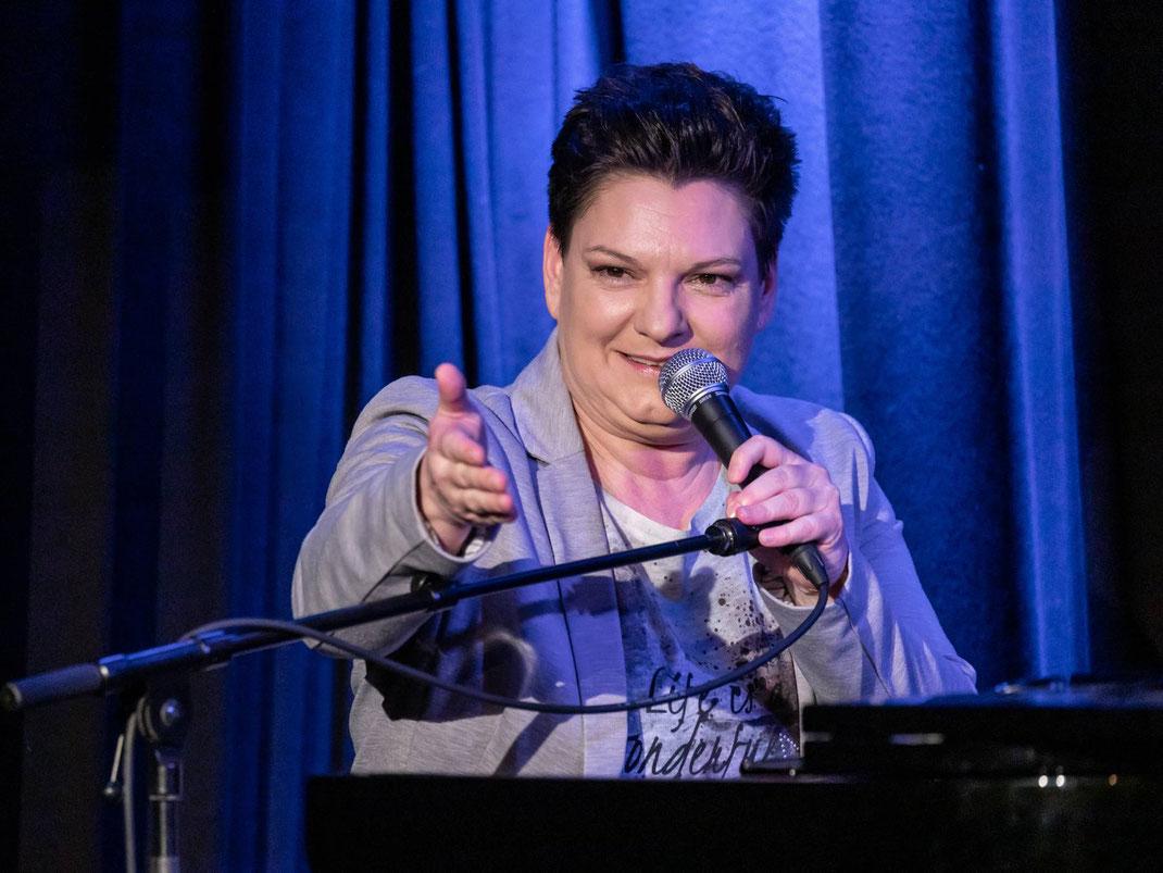 Die Berliner Musikkabarettistin VANESSA MAURISCHAT ist auf der Bühne ein Erdbeben, ein temperamentvolles Naturerlebnis, eine ehrliche Haut mit wunderbarer Stimme und abgrundschönen Liedern.
