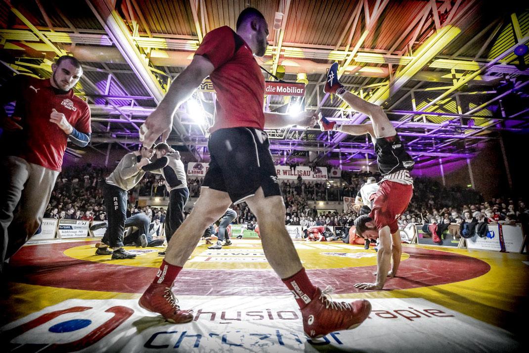 Öffentliches Wägen und Aufwärmen im Wrestling-Ring vor grosser Zuschauerkulisse