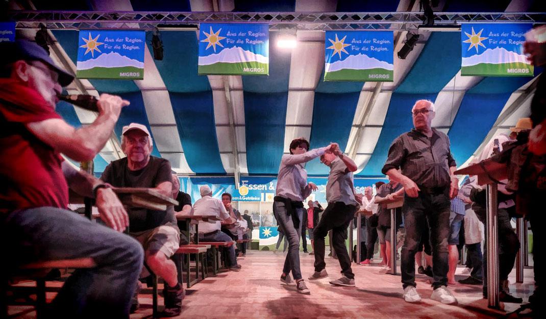 Party-Time im grossen Rigi-Festzelt der Migros Luzern, einem der diversen Hotspot von ESAF-Königspartner Migros.