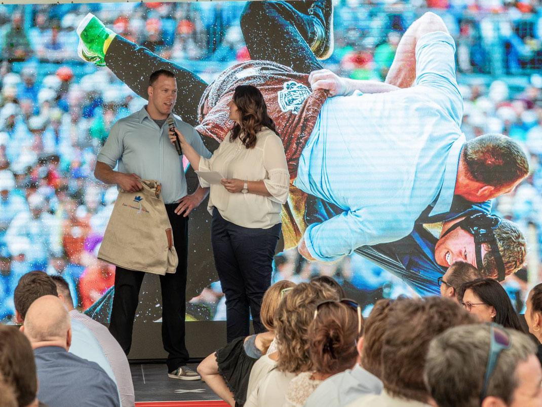 Auch Schwingerkönig Matthias Sempach gratuliert den Emmi-MitarbeiterInnen