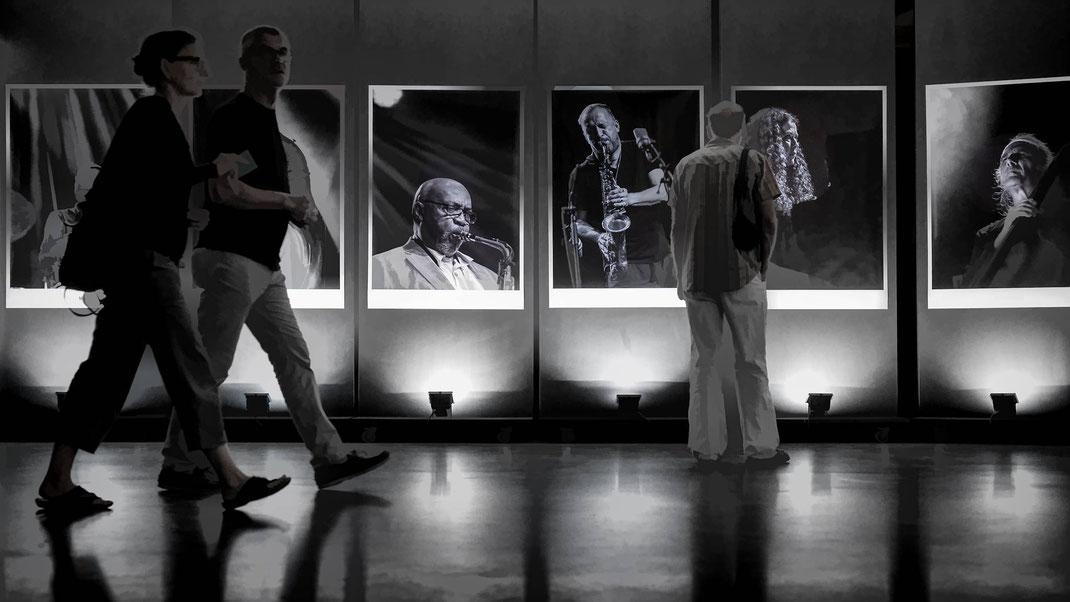 """""""Ahnengalerie"""" im Foyer der Festhalle Willisau."""