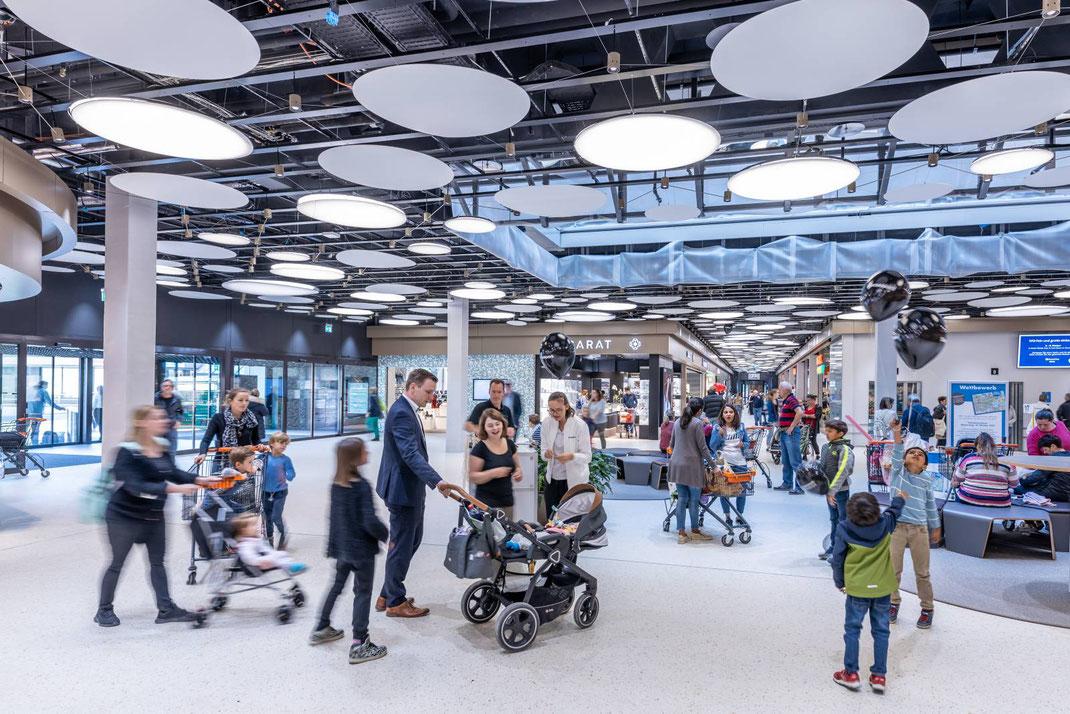 Viel Betrieb am Eröffnungstag in der neuen, hellen Mall des Einkaufszentrums Surseepark.