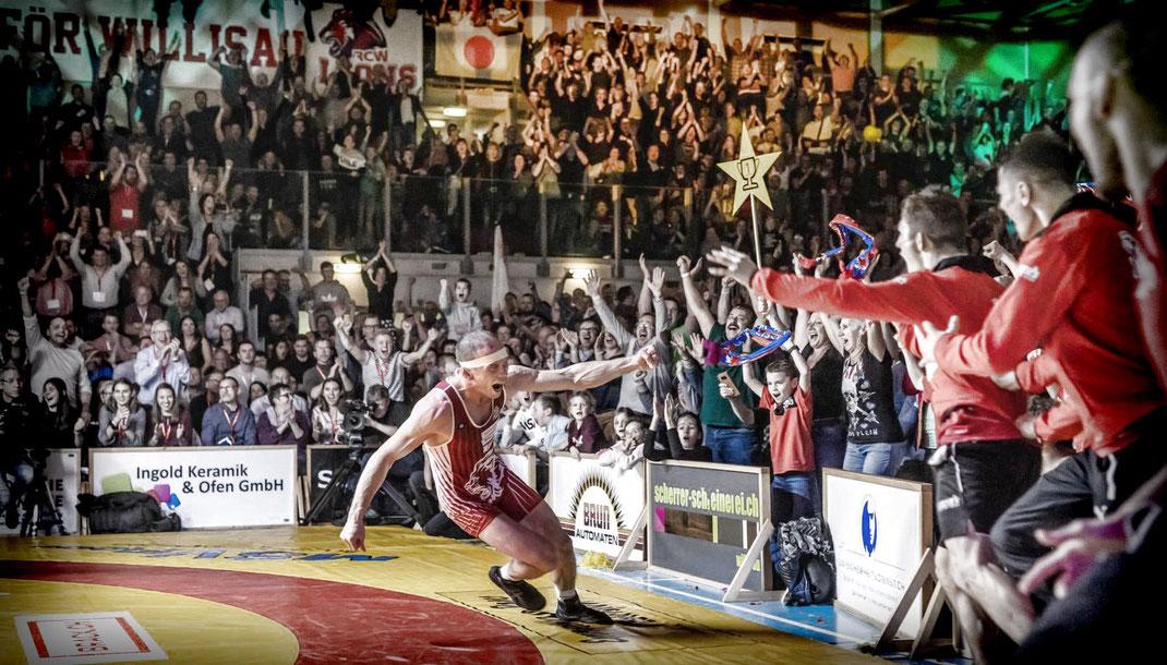 Matchwinner Jonas Bossert entschied die ultraspannende Finalissima im letzten Kampf und lässt nun seinen Emotionen freien Lauf.