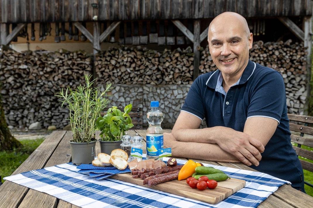 Martin Schmitz, Geschäftsleiter Ueli-Hof Bio-Metzgerei mit Produkten der Migros Luzern.
