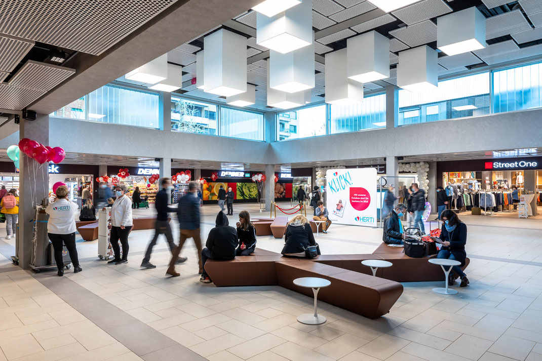 Eingänge in alle vier Himmelsrichtungen führen auf das zentrale, helle Foyer.