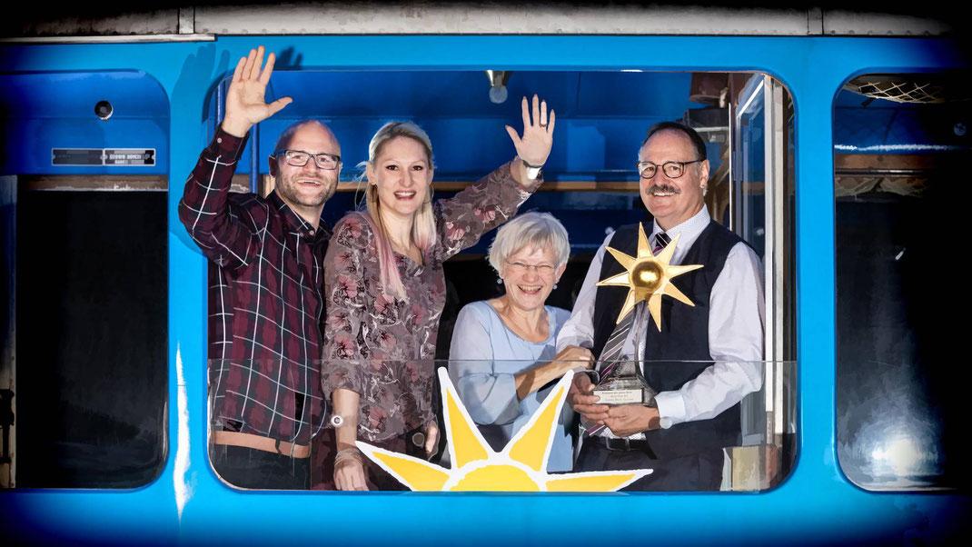 """Sie freuen sich über die erste Auszeichnung nach 26 Jahren als Migros-Eierlieferanten: Adrian, Tanja, Romy und Paul Blum im AdR-Rigi-Triebwagen (im Look """"Aus der Region - Für die Region"""")"""