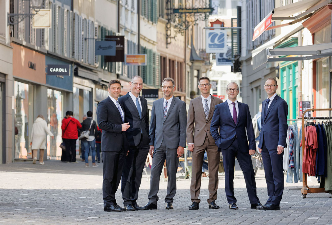 Die Geschäftsleitung energie wasser luzern ewl am Luzerner Rathausplatz: Stephan Marty (CEO, Vorsitz), Konrad Bussmann (Finanzen), Rolf Samer (Verkauf/Beschaffung), Pirmin Lustenberger (Strom + Telekomm), Patrik Rust (Erdgas + Wasser) und Martin Erny.