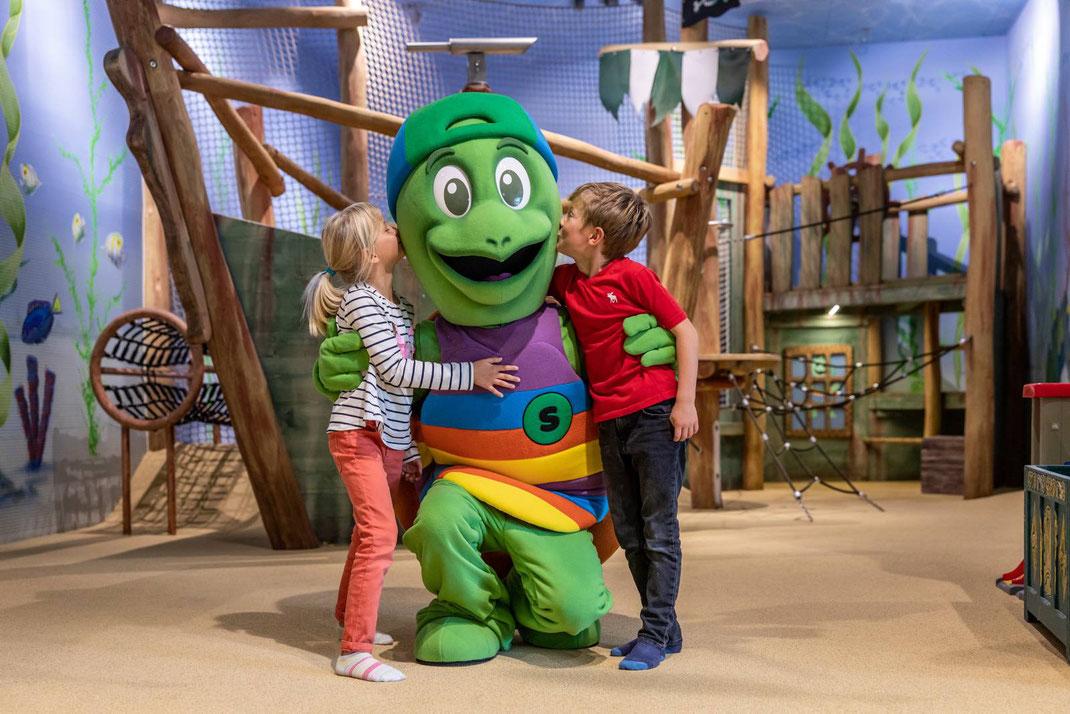 Das neue Maskottchen Suri empfängt die jüngste Surseepark-Gäste im Kinderparadies Aquarella.