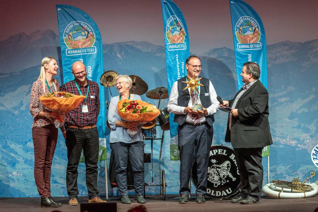 Übergabe der Goldenen Sonne auf der Rigi: Tanja, Adrian, Tanja, Romy und Paul Blum. Rechts Moderator Andreas Balsiger.