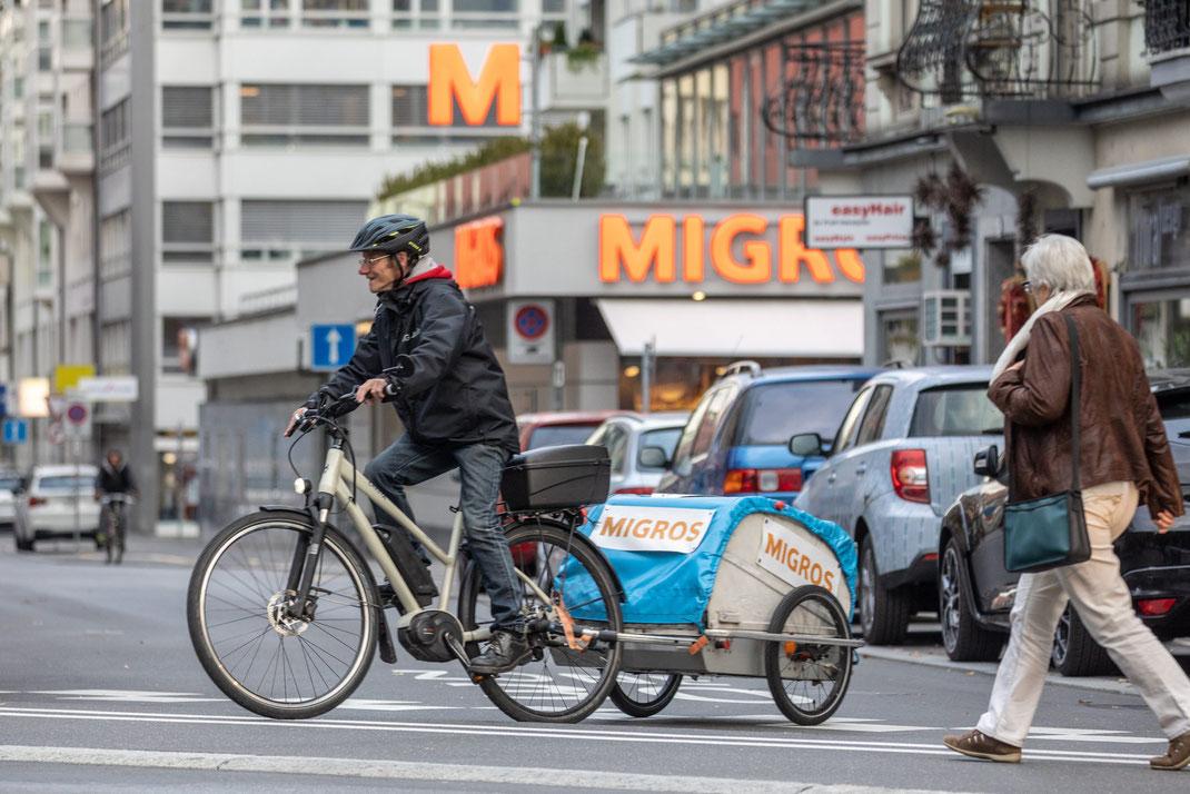 In der Stadt Luzern einkaufen, und das «ShoppingTaxi» bringt die schweren Taschen heim: Dank der Zusammenarbeit der IG Arbeit mit der Migros Luzern ist das seit sieben Jahren möglich – mit Erfolg.
