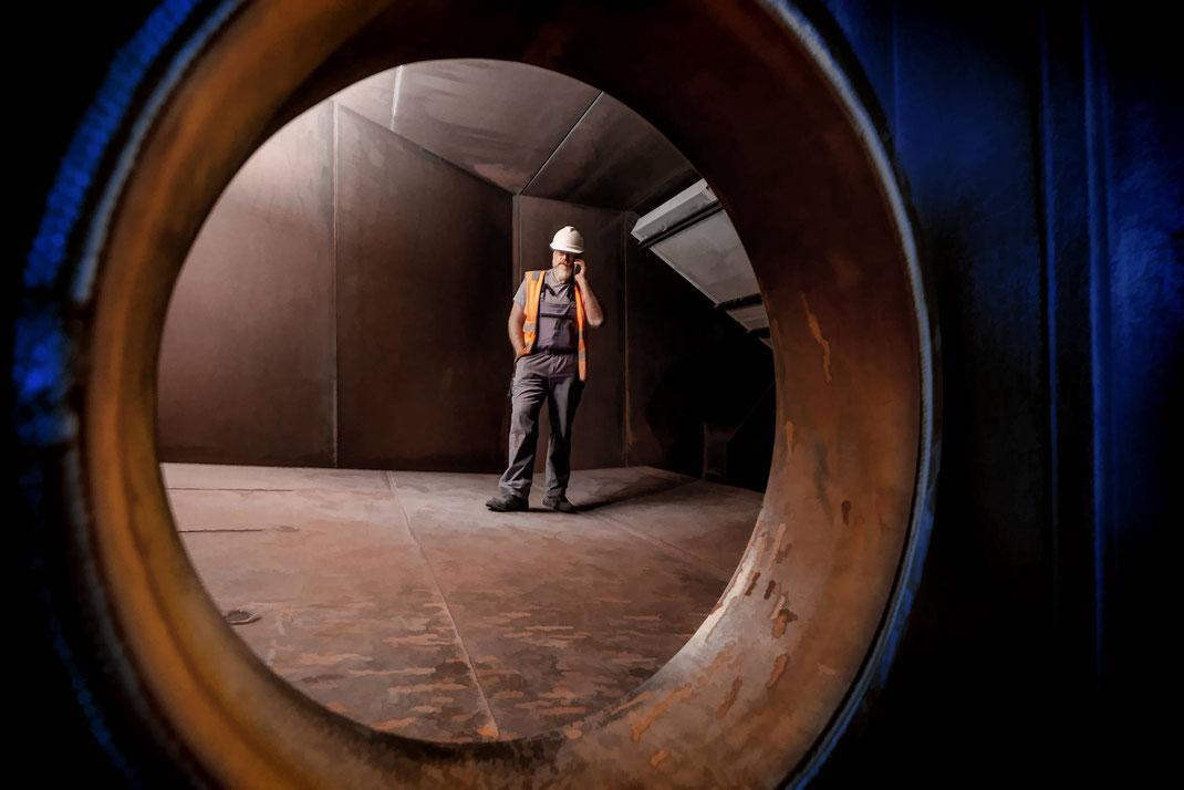 Markus Benz, Leiter mechanische Instandhaltung, kriecht in jeden Winkel der Anlage, hier im gigantischen Saugzuggebläse, wo die gereinigte Abluft zum Kamin geführt wird.