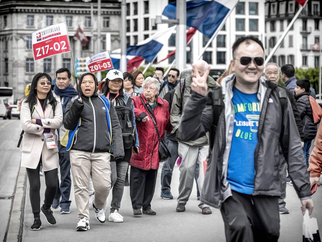 FRIEDLICHE INVASION DER ASIATEN: Eine friedliche und freudige Invasion: Tausende glückliche und strahlende AsiatInnen überfluten Luzern's touristische Hotspots.