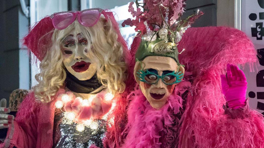 Zwei fantasievolle Einzelmasken geniessen den SchmuDo