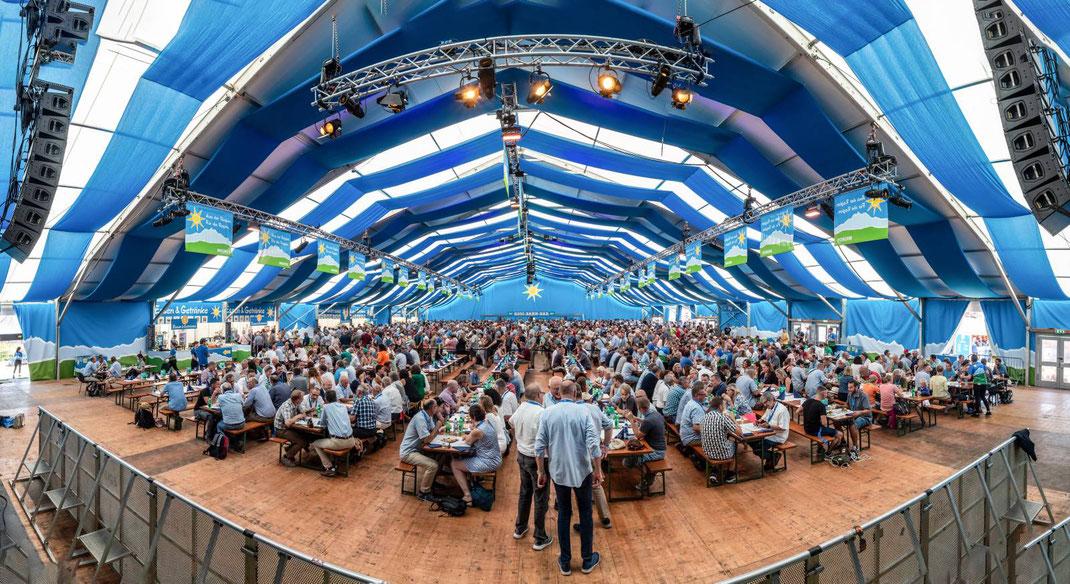 Ramba-Zamba und viel Durst und Hunger im Migros Rigi-Zelt: 20'000 Liter Mineralwasser und 7'400 Liter Bier alleine in diesem AdR-Zelt...