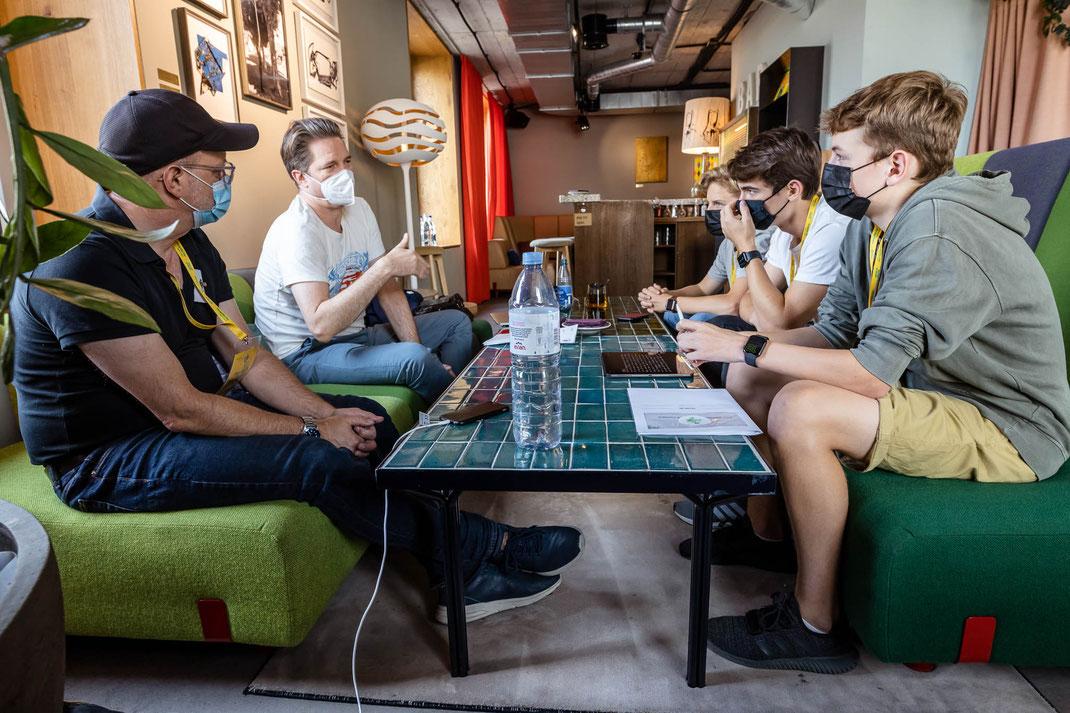 Die Jugendlichen besprechen ihre Ideen mit den hochkarätigen Coaches.