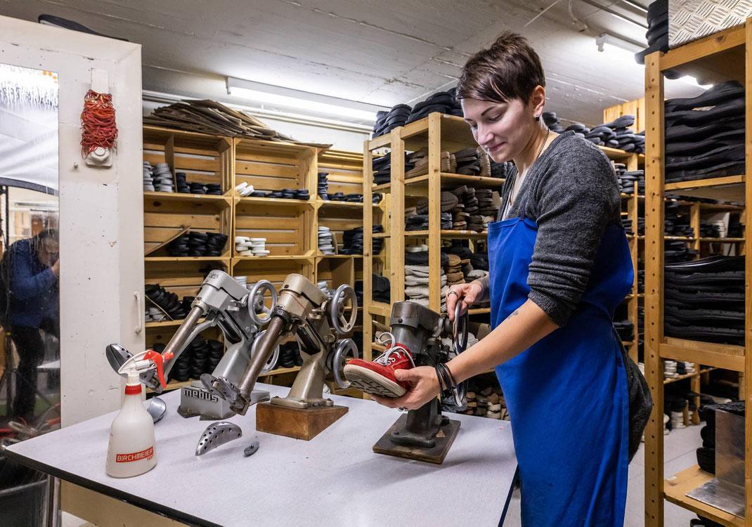 Schuhmacherin und Geschäftsleiterin Vivienne Risse sorgt im Sohlen-Keller für einen verbesserten Schuhkomfort (ausweiten)