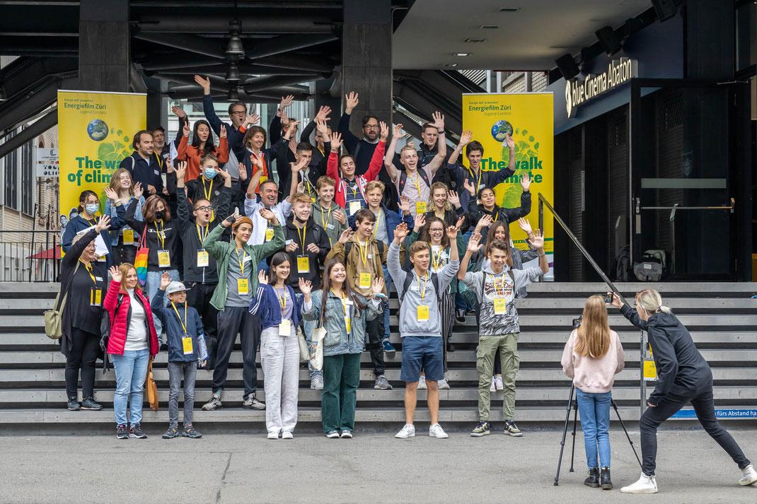 Gruppenfoto erster Workshop der jungen Filmer*innen vor dem Kino Abaton Zürich