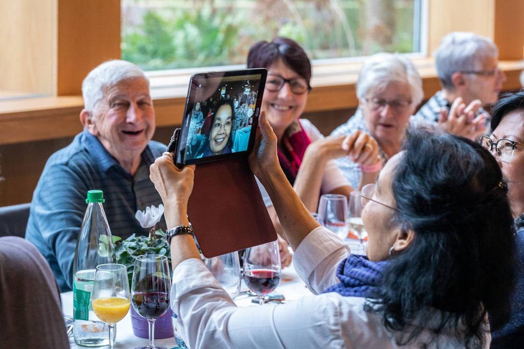 Fröhliche Beisammensein an der Pensioniertenfeier 2019 der Genossenschaft Migros Luzern in der Braui Hochdorf.