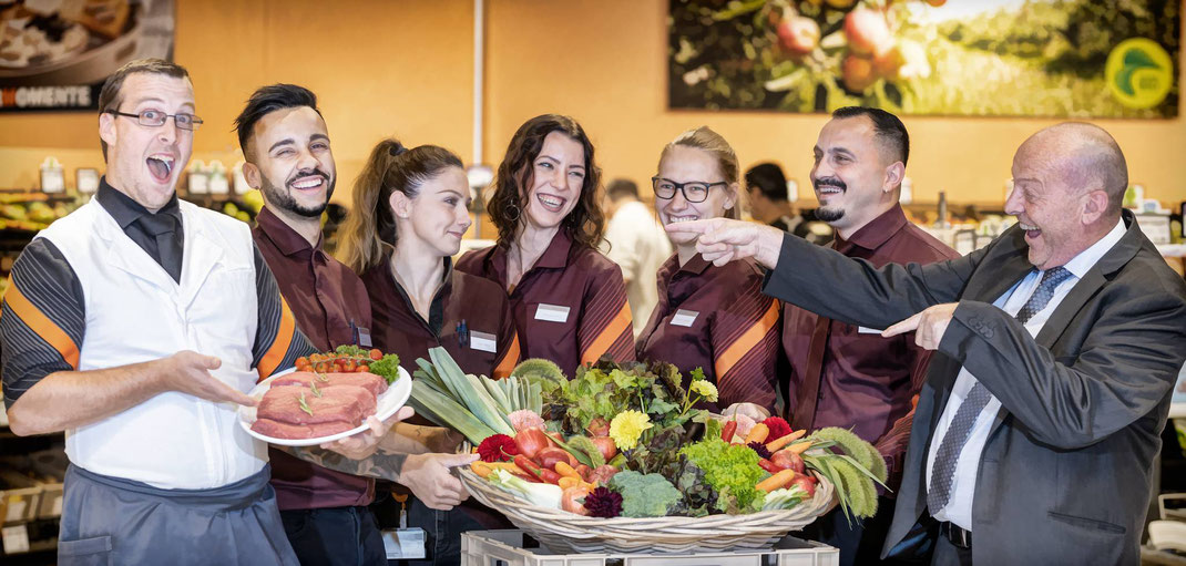 Henri Python, Filialleiter Migros Supermarkt, freut sich mit einem Teil seines Teams auf die Wiedereröffnung...