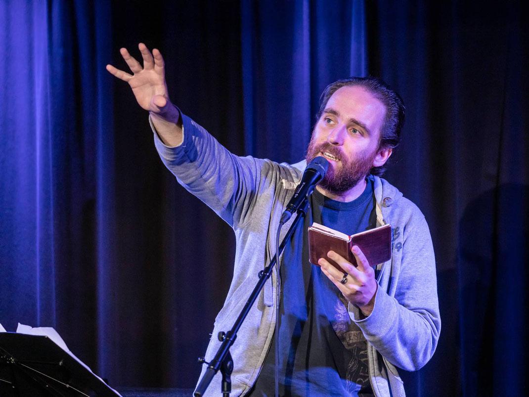 Remo Zumstein aus Burgdorf ist als Spezialgast das Sahnehäubchen dieser liederlich-Ausgabe. Er brachte 2018 am im Final der deutschsprachigen Poetry-Slam Meisterschaft mit seinen abstruskomischen Texten das Hallenstadion zum Toben.