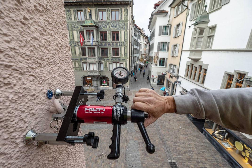 Josef und Beat Zumbuehl überprüfen in der Altstadt Luzern die Sicherheitshaken der Weihnachtsbeleuchtung. Die Haken an den Altstadthäusern müssen eine Belastung von 5 Tonnen aushalten. Hier Test hoch über dem Hirschenplatz.