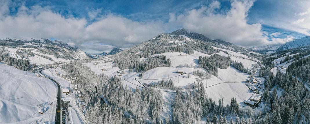 Blick vom Rischli auf Schrattenfluh (links) und Hagleren, rechts hinten das Dorf Sörenberg