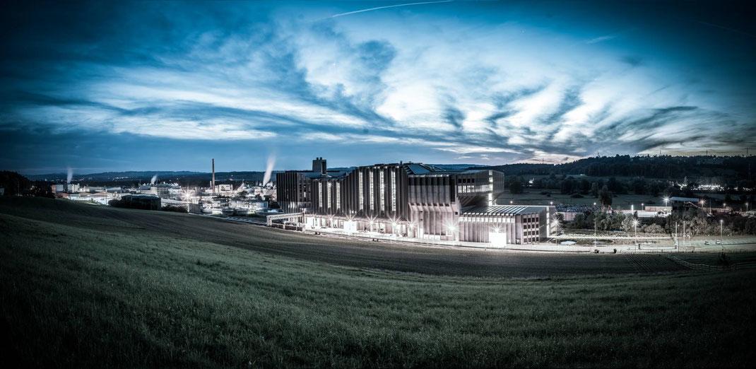Links die Paperfabrik, die vom Raumschiff Renergia (Mitte) mit Energie versorgt wird.