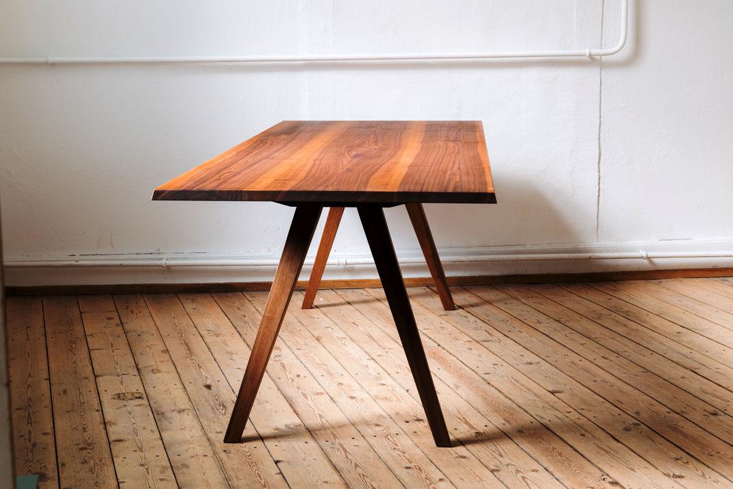 Tisch v13 Nussbaum massiv, geölt
