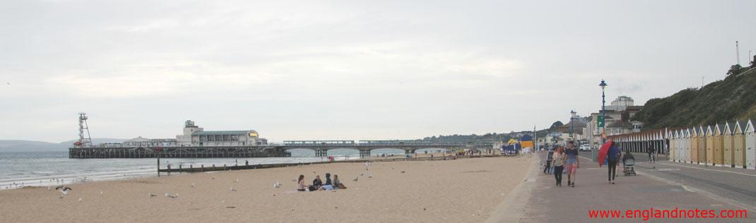 Blick vom Strand des Undercliff Drive entlang zum Bournemouth Pier in Bournemouth, Dorset, England.