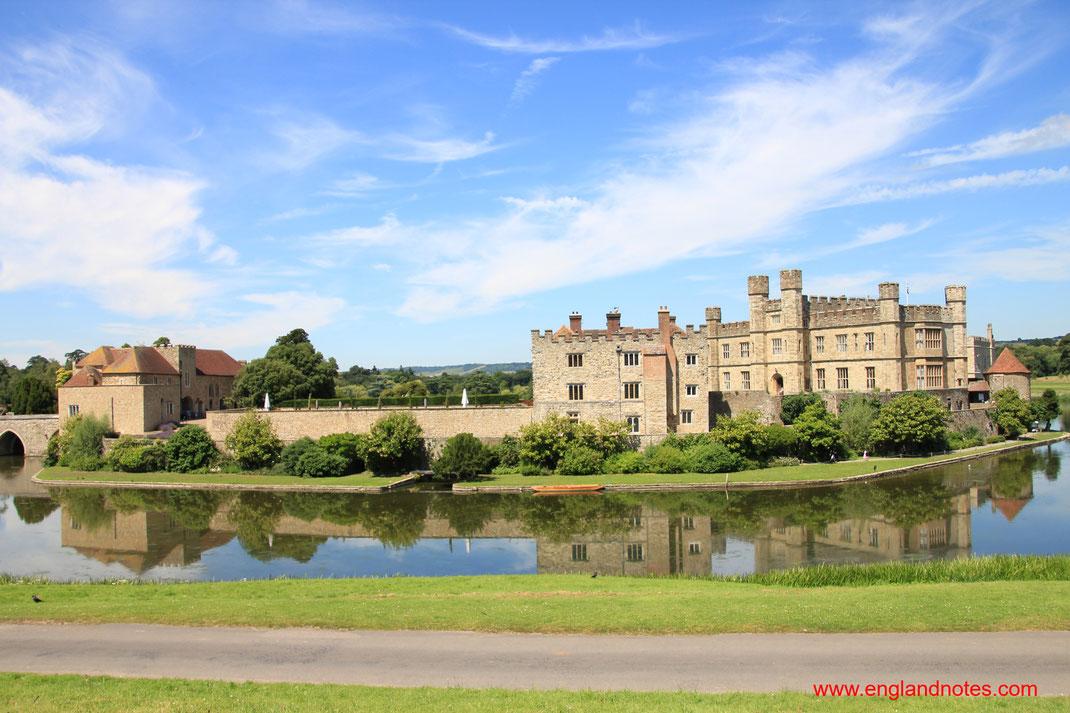 Blick auf Leeds Castle innerhalb der Parkanlagen des Geländes um das Schloss in Kent, Großbritannien