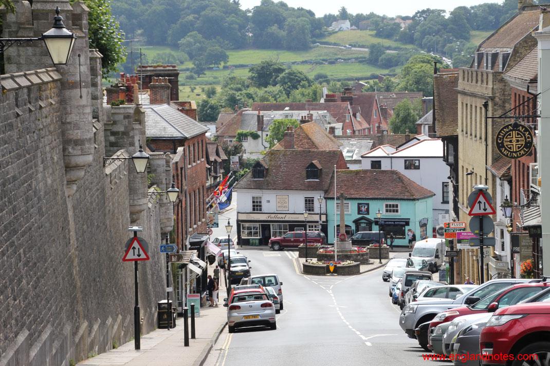 Sehenswürdigkeiten und Reisetipps Arundel, England: Blick zur historischen High Street