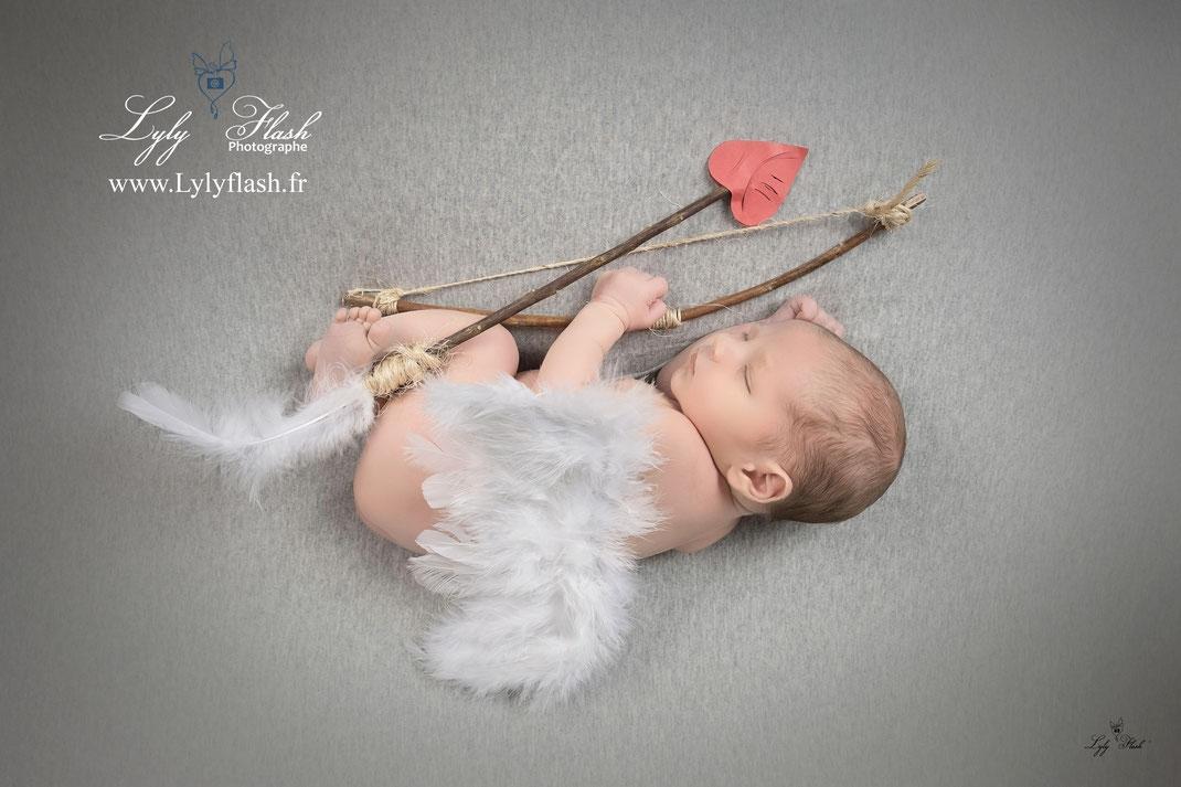 photographe naissance bébé Toulon Brignoles var 83 bébé cupidon avec ses flèches pour le coeur d'amour