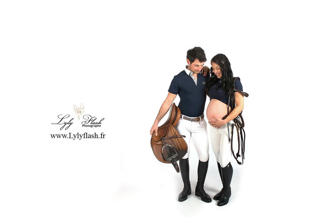 photo de grossesse pour une séance photo maternité sur le thème équestre et cheval  avec la tenue d'équitation pour notre future maman, réalisée par lyly flash photographe en studio près de Toulon hyères et brignoles