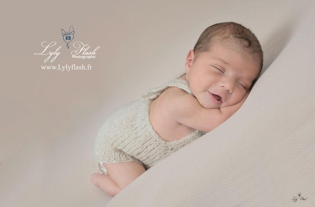 photo bébé sourire bien être par photographe studio Draguignan var 83