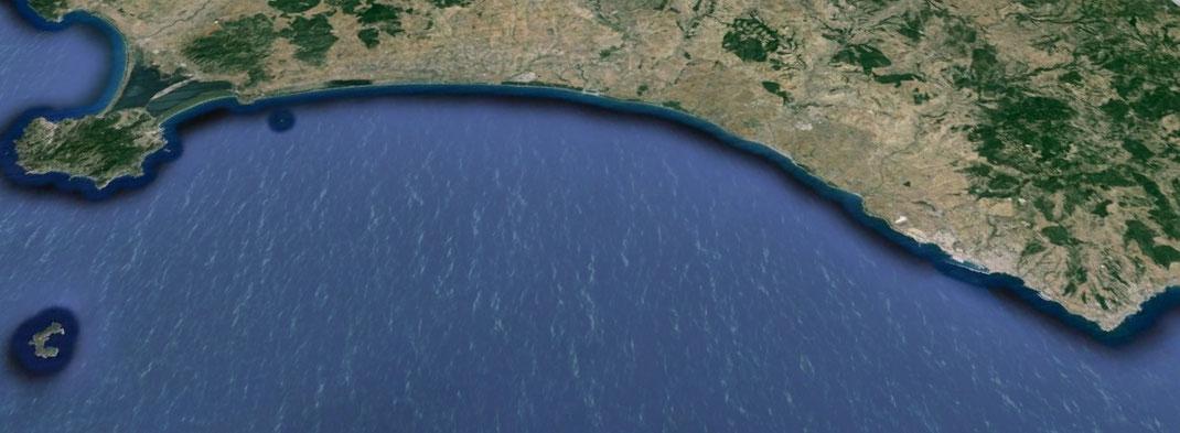 Litorale della Tuscia. Da sinistra a destra: promontorio dell'Argentario, Montalto di castro, Tarquinia, Civitavecchia,  Santa Marinella, Santa Severa (non visibile)
