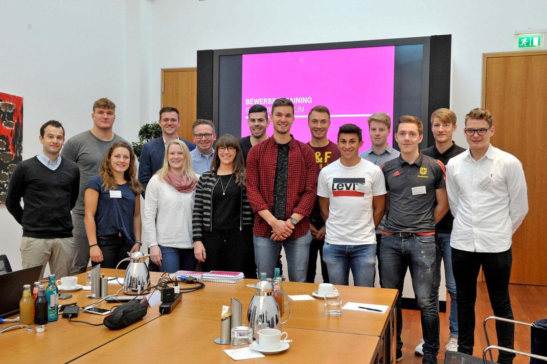 Die Teilnehmer des Bewerbertrainings in der Hauptstadtrepräsentanz der Telekom mit den U23-Topskullern Johannes Lotz (Bildmitte) und Anton Finger (rotes T-Shirt). Foto: telekom.com