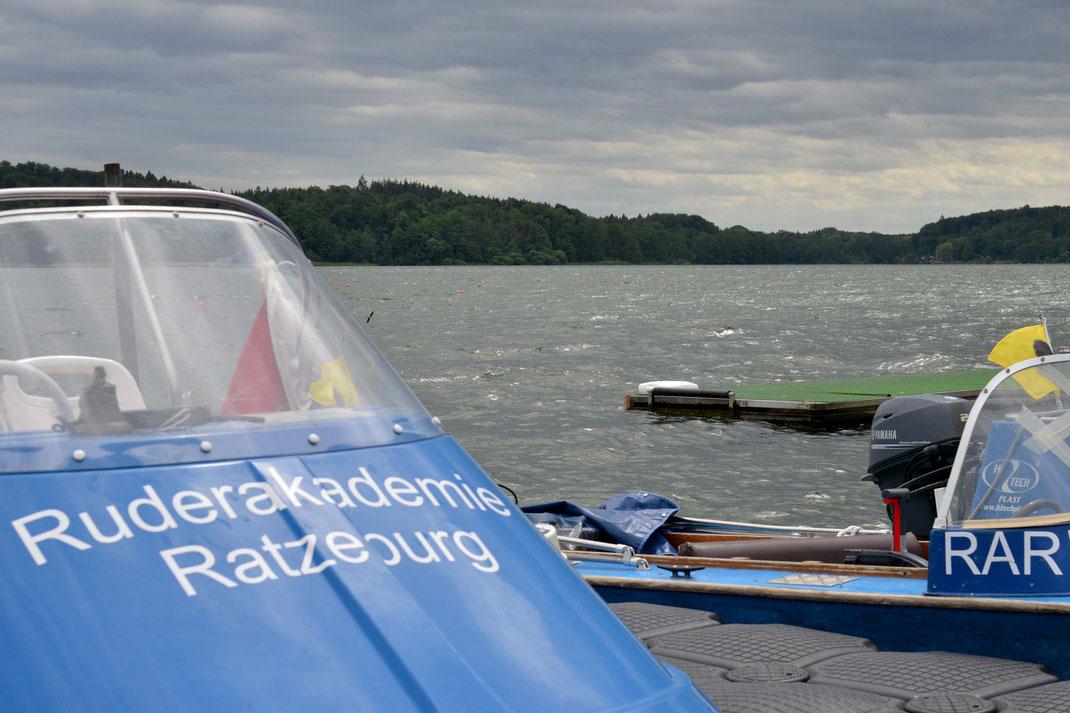 Die Motorboote bleiben angeleint. Am Samstag geht auf dem Küchensee leider nichts mehr mit Rudersport. Foto: 2000meter.de